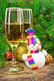 Vinexponeringsglas, snögubbe, julleksaker, nära träd för nytt år. Arkivbilder