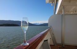 Vinexponeringsglas som balanserar på skeppräcket Fotografering för Bildbyråer