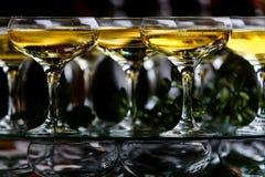 Vinexponeringsglas som hälls med brusande, dricker på partiet arkivbild