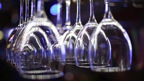 Vinexponeringsglas som hänger ovanför stången arkivfilmer