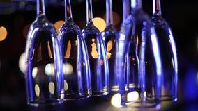 Vinexponeringsglas som hänger ovanför stången lager videofilmer