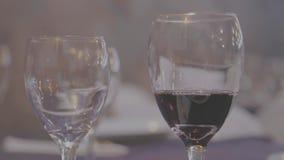 Vinexponeringsglas - vin - lägenhet-redigerar arkivfilmer