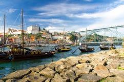 Vinfartyg gammal Porto Oporto stad på för den Douro floden, Portugal royaltyfria bilder