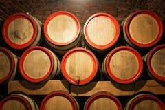 Vinfat i den antika källaren Håligt vin Arkivfoton