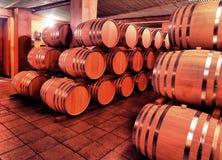 Vinfat i vinkällare i beställning Vinfat som staplas i th Fotografering för Bildbyråer