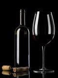 Vinflaska med exponeringsglas och korkskruvet Royaltyfri Bild