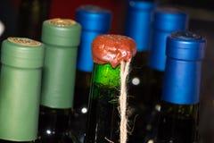 Vinflaska med vaxskyddsremsan Royaltyfri Foto