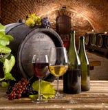 Vinflaska och exponeringsglas på trätabellen Royaltyfri Fotografi