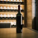 Vinflaska på trätabellen framförande 3d Arkivbild