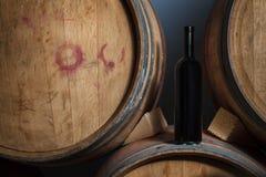 Vinflaska på trummor i en källare Royaltyfria Foton