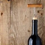 Vinflaska på trätabellen Fotografering för Bildbyråer