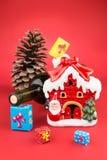 Vinflaska, pincone, julgarneringhus och färgrik gi Arkivfoton