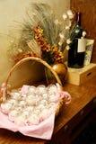 Vinflaska, souvenirstearinljus och stilleben Royaltyfri Fotografi