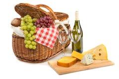 Vinflaska, vinexponeringsglas, ost på klippet royaltyfria bilder