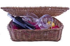 Vinflaskan och exponeringsglas i en picknick boxas Arkivfoto