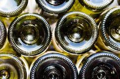 Vinflaskor av sikten för rött och vitt vin från botten Royaltyfri Foto