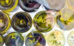 Vinflaskor av sikten för rött och vitt vin från botten Arkivbild