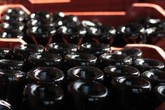 Vinflaskor bottnar tätt upp, makroen för vinflaskor arkivbilder