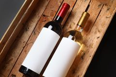Vinflaskor i en spjällåda Royaltyfria Bilder