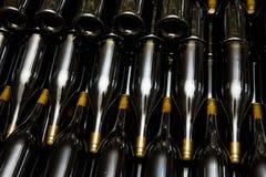Vinflaskor i fabrik royaltyfri foto