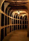 Vinflaskor i källaren Arkivfoton