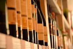 Vinflaskor i vinlager Arkivfoto