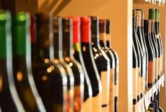 Vinflaskor i vinlager Royaltyfri Foto