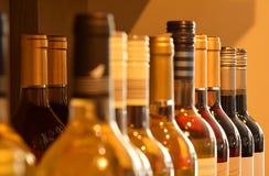 Vinflaskor i vinlager Arkivbilder