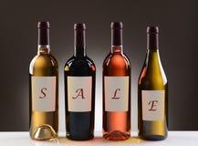 Vinflaskor med etiketter som ut stavar Sale Royaltyfri Fotografi