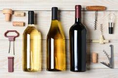 Vinflaskor med tillbehör Arkivfoto