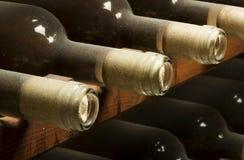 Vinflaskor på hylla Royaltyfri Fotografi