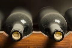 Vinflaskor på hylla Arkivbilder