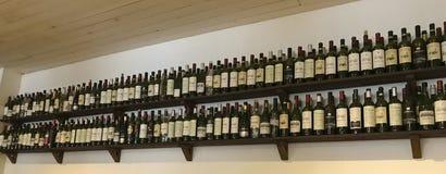 Vinflaskor på hyllan arkivfoton