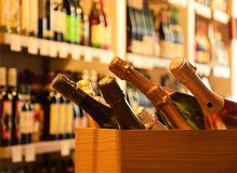 Vinflaskor på trähylla Royaltyfri Bild