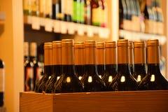 Vinflaskor på trähylla Royaltyfri Fotografi