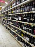 Vinflaskor på supermarket Arkivfoton