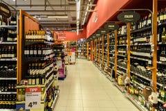 Vinflaskor som är till salu på supermarkethylla Fotografering för Bildbyråer