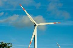 Vingarna av en väderkvarn som frambringar elektricitet Linda turbin fotografering för bildbyråer
