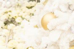 Vingate stil av guld- jul klumpa ihop sig på träd för vit jul Arkivbild