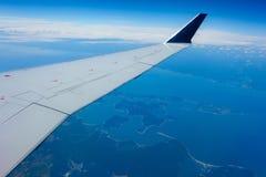 Vinge av ett flygplan i flykten arkivfoton