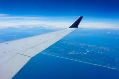Vinge av ett flygplan i flykten royaltyfri foto