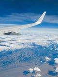 Vinge av ett flygplan i flykten arkivbild