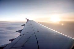 Vinge av ett flygplan på himlen Royaltyfria Bilder