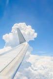 Vinge av ett flygplanflyg ovanför oklarheterna Arkivbilder