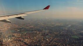 Vinge av flygplanet från fönster