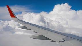 Vinge av flygplanet på himmel och molnet på flyttning stock video
