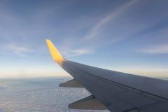vinge för skies för blått flyg för flygplanhöjd hög Arkivfoto