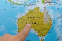 Vinger die aan een kleurrijke kaart van het land van Australi? in het Frans en het Engels richten royalty-vrije stock foto