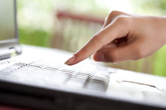 Vinger die aan een toetsenbord van laptop richt Stock Foto