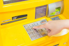 Vinger die ATM drukken Stock Afbeelding